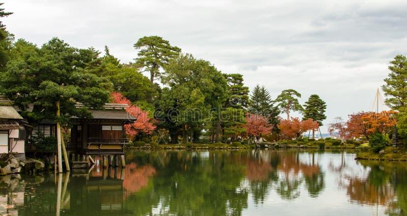 Étang japonais traditionnel de jardin photos libres de droits