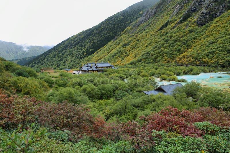 Étang multicolore dans la région scénique de Huanlong photographie stock libre de droits