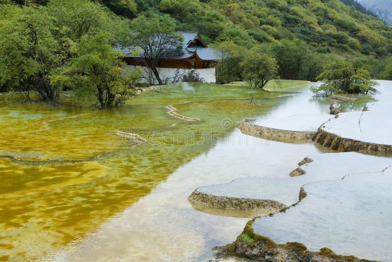 Étang multicolore dans la région scénique de Huanlong images libres de droits