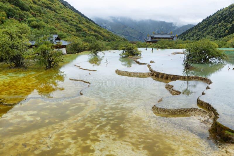 Étang multicolore dans la région scénique de Huanlong photos stock