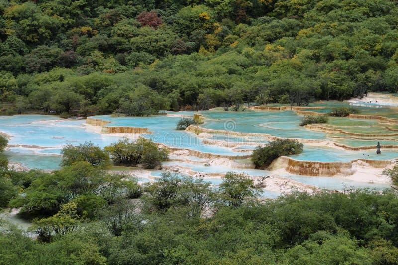 Étang multicolore dans la région scénique de Huanlong photographie stock