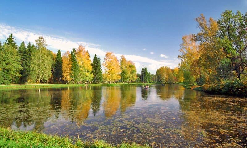 Étang pittoresque d'automne images stock