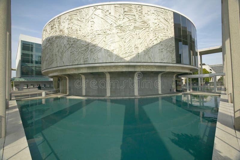 Étang se reflétant devant Dorothy Chandler Pavilion et centre de musique à Los Angeles du centre, la Californie images libres de droits
