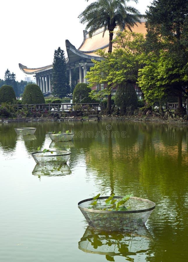 Étang vert en Asie avec le temple photos stock