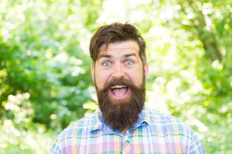 Étant bons spiritueux Hippie heureux le jour d'été Homme barbu souriant dans le style à la mode de hippie sur l'environnement nat image stock