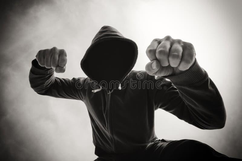 Étant poinçonné et attaqué par l'homme violent agressif sur la rue photos libres de droits