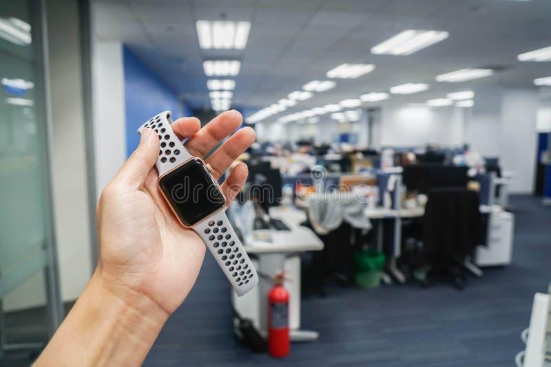 Étant sur le concept de temps - montre intelligente de prise de femme dans le bureau photographie stock
