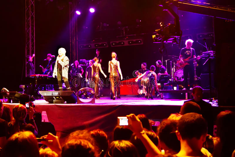 Étape de concert sur la scène parmi les spectateurs excited photographie stock