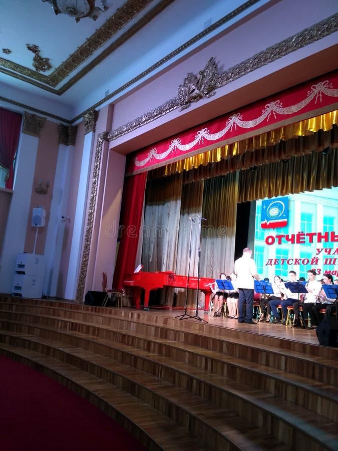 Étape de l'orchestre des enfants photo libre de droits