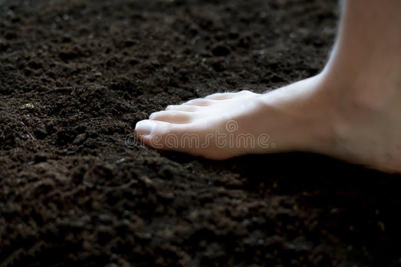 Étape de pied nu sur le sol foncé, concept sain f photo stock