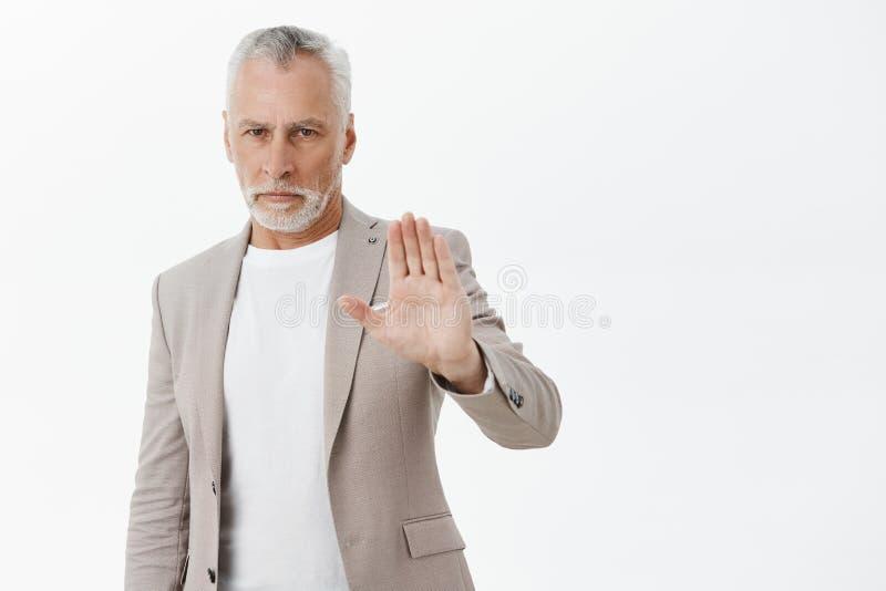 Étape de retour de moi Portrait vieil d'homme beau assuré sérieux et contrarié avec la barbe blanche dans le costume élégant photographie stock