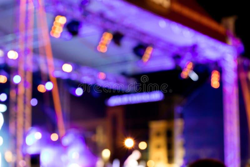 Étape extérieure avec l'éclairage bleu lumières brouillées par concert de rock image stock