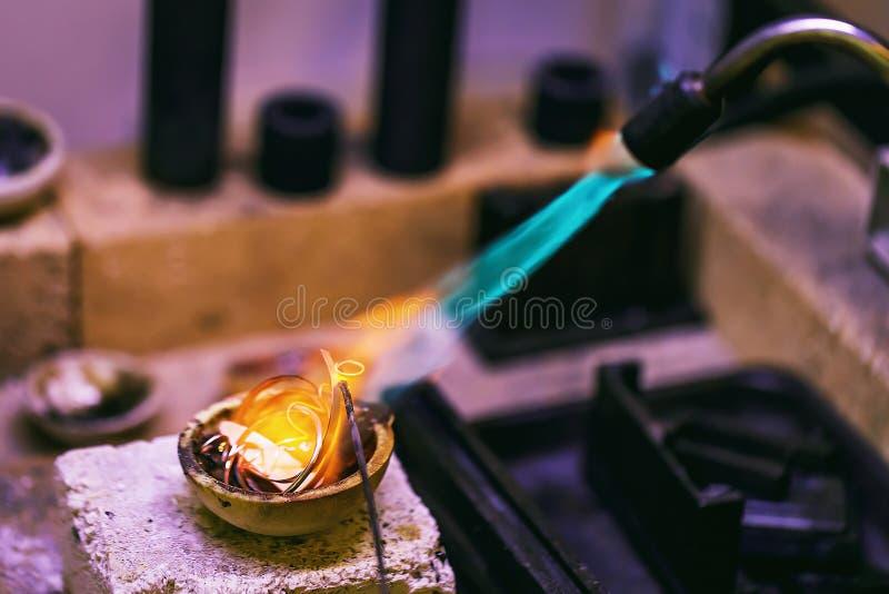 Étape initiale de fondre les métaux précieux dans un atelier de bijoux image stock
