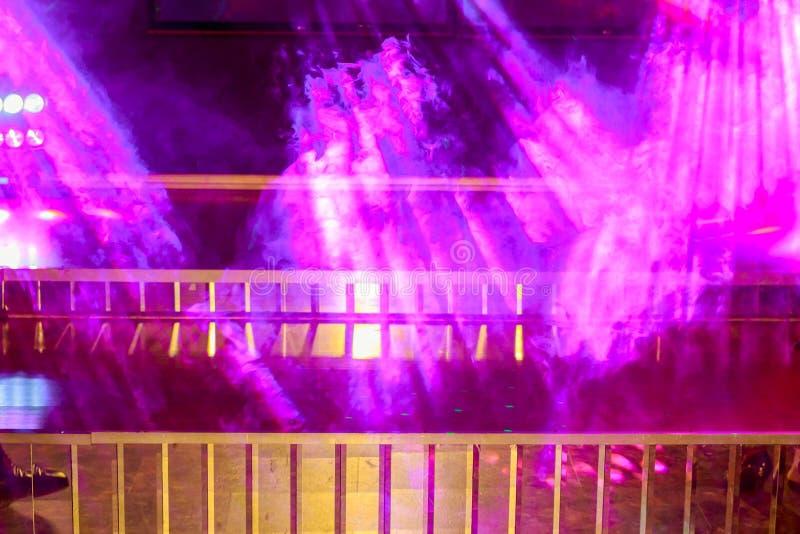 étape lumineuse avec les lumières et la fumée scéniques photos libres de droits