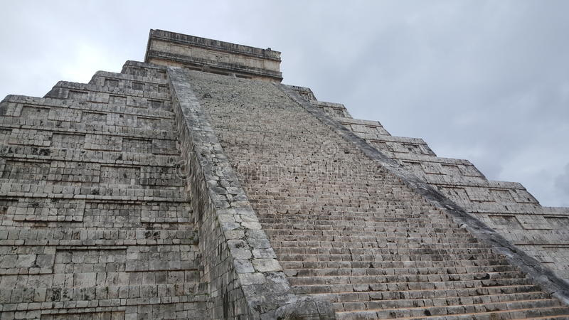 Étape-pyramide et temple de Maya chez Chichen Itza photos stock