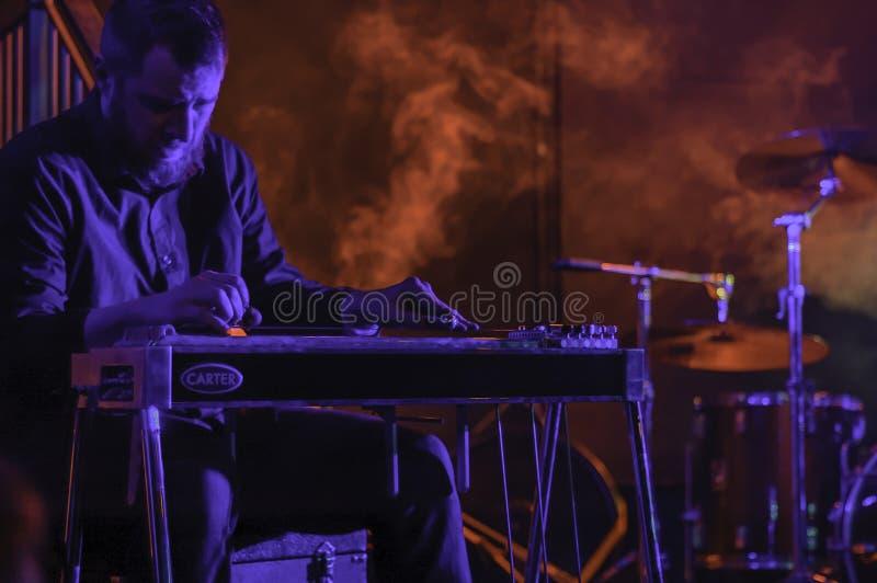 Étape rouge de musique de fumée avec l'artiste image libre de droits