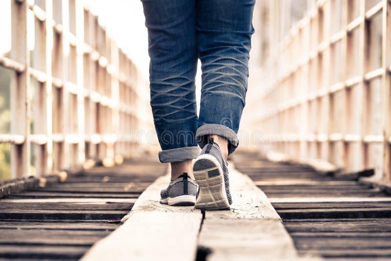 Étape sur le pont en bois images stock