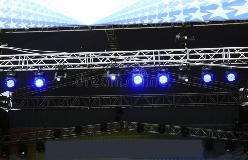 Étape vide au concert, au kit de tambour, aux microphones et aux haut-parleurs audio photographie stock