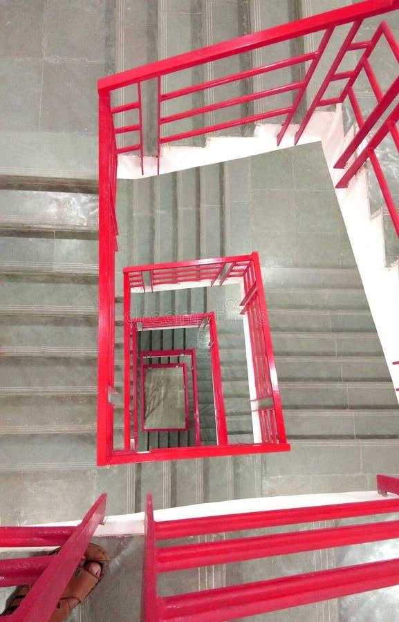 Étapes avec la barrière en acier rouge images libres de droits