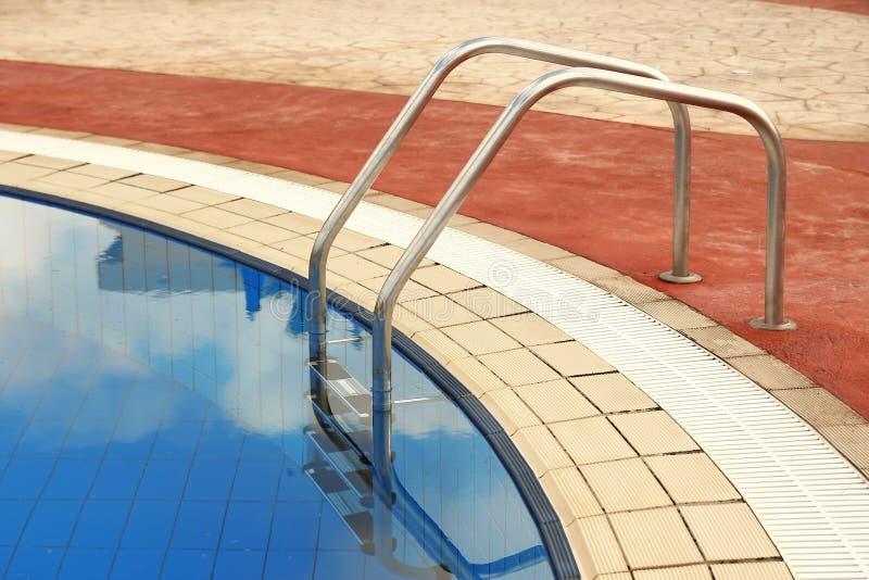Étapes dans la piscine d'eau bleue photos stock