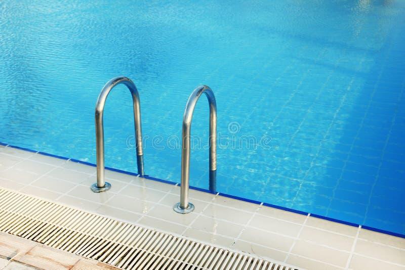 Étapes dans la piscine d'eau bleue photo libre de droits