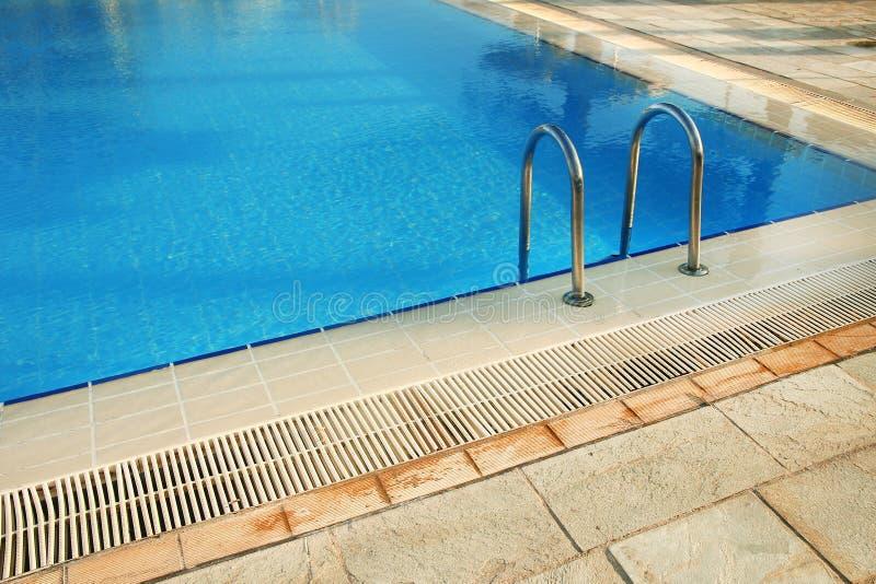 Étapes dans la piscine d'eau bleue photo stock