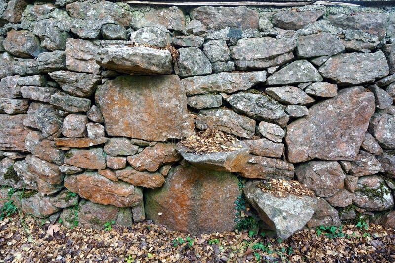 Étapes dans le mur de pierres sèches photo libre de droits