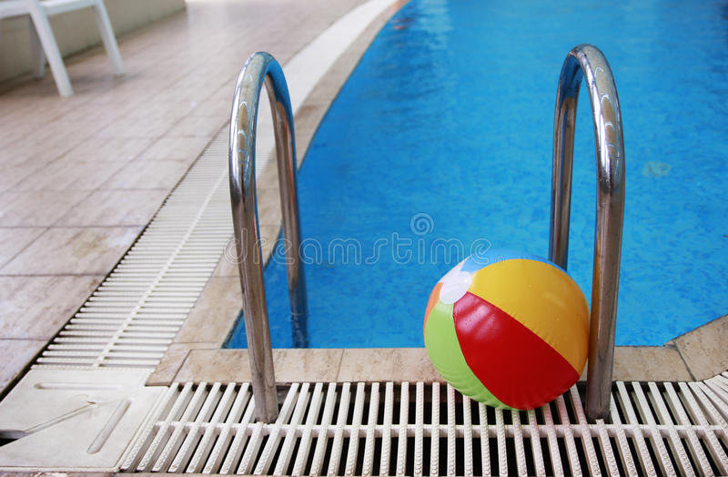 Étapes dans une piscine d'eau et une boule d'enfants image stock
