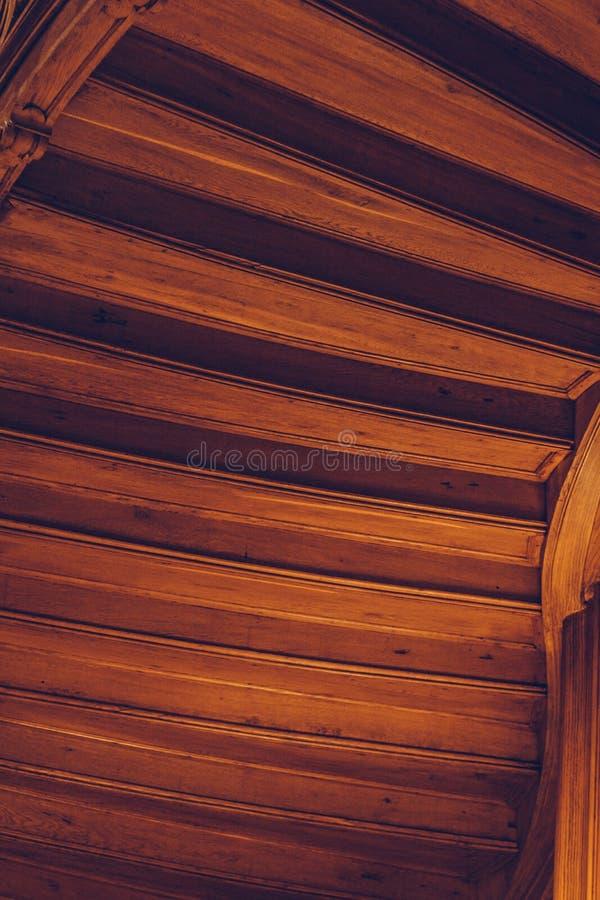 ?tapes de la vue inf?rieure d'acajou arri?re d'un escalier en spirale en bois d'int?rieur texture, verticale photographie stock