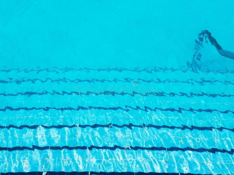 Étapes de piscine sous l'eau déchirée bleue claire photos stock