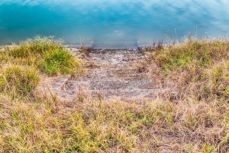 Étapes en pierre à l'eau photographie stock