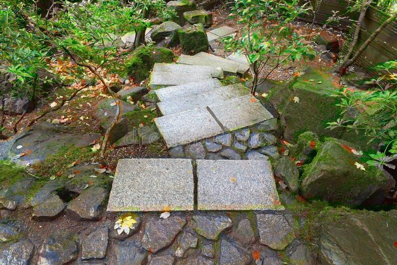 Étapes en pierre au jardin japonais Autumn Season photo libre de droits