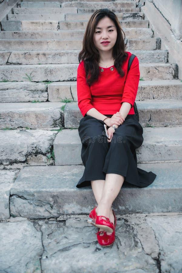 Étapes en pierre, fille en rouge photo libre de droits