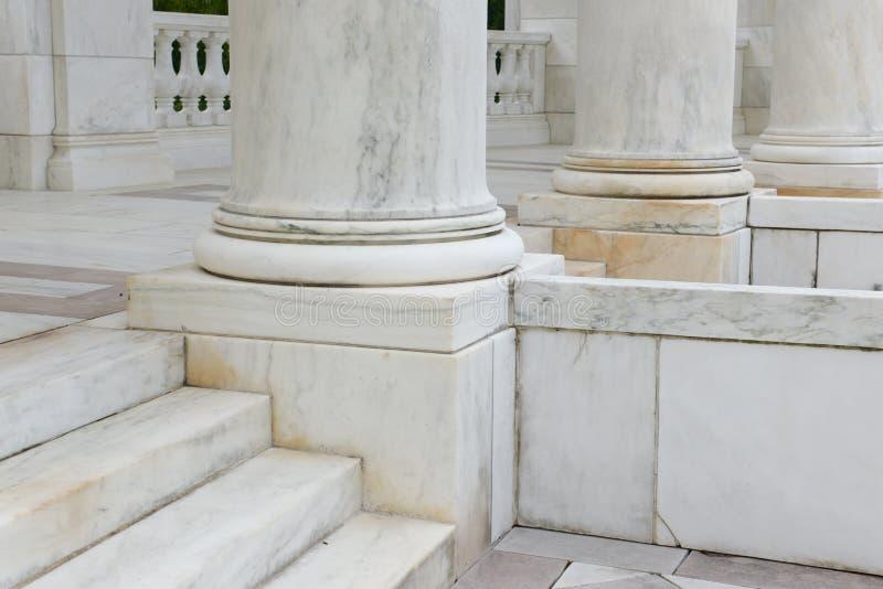Étapes et piliers faits de marbre image stock