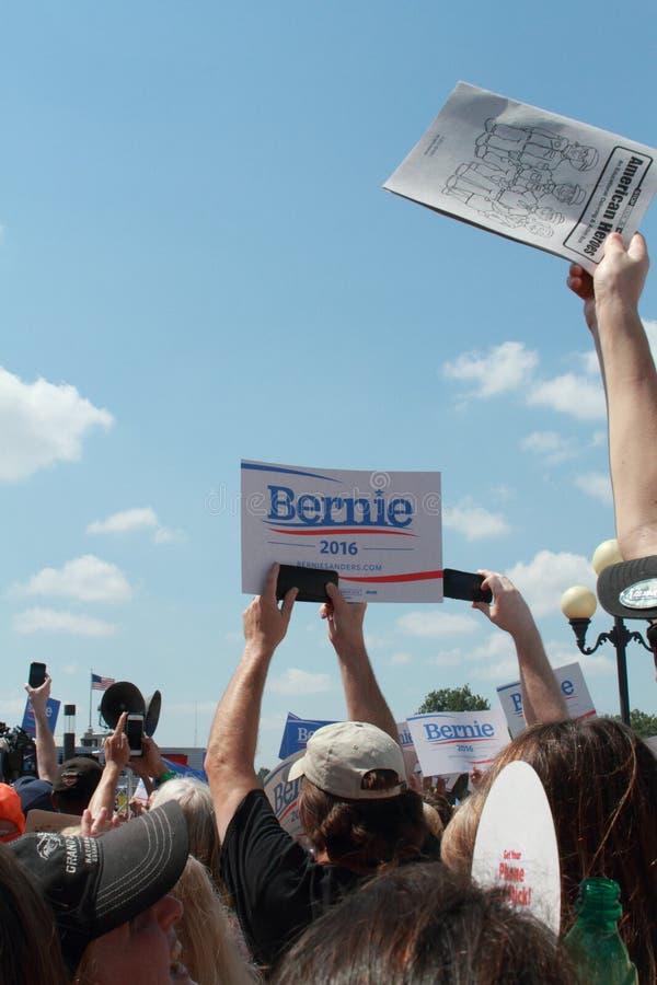 État de l'Iowa juste : La foule souhaite la bienvenue à Bernie Sanders photos libres de droits