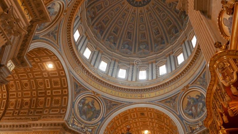 ÉTAT DE VATICAN 30 SEPTEMBRE 2015 : un tir du dôme et du baldaquin de St Peter à vatican, Rome photos libres de droits
