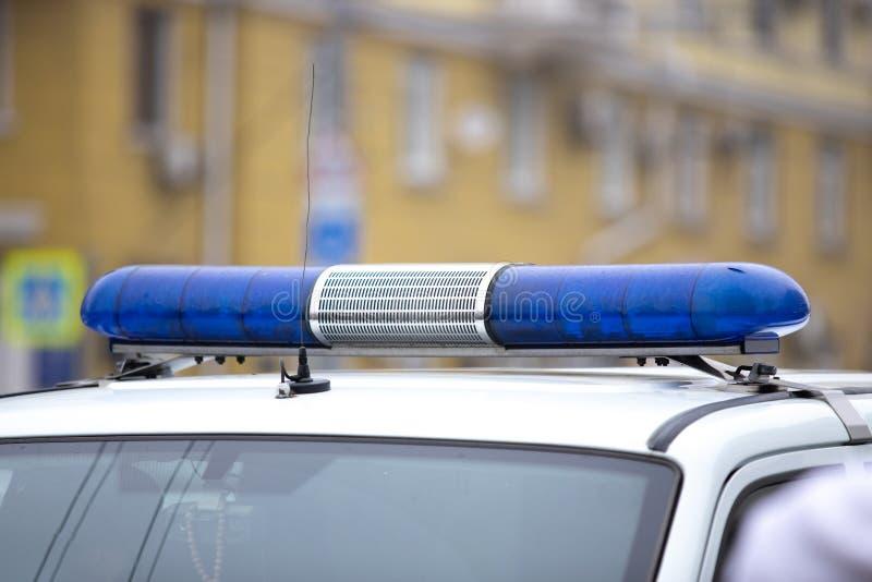 éteint la lumière clignotante bleue avec une sirène de voiture de police flasher photo libre de droits