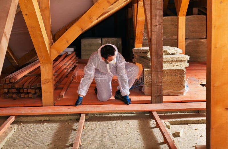 Étendant l'isolation thermique - installation du parquet photographie stock libre de droits