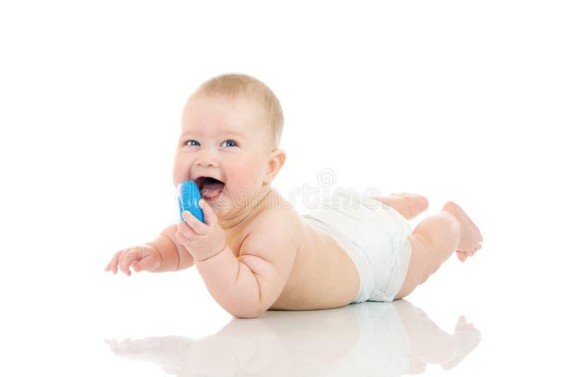 Étendant la petite chéri avec un jouet d'isolement photos stock