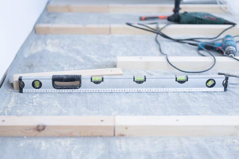 Étendant le plancher en bois qui respecte l'environnement - installation d'un rondin au béton photo stock