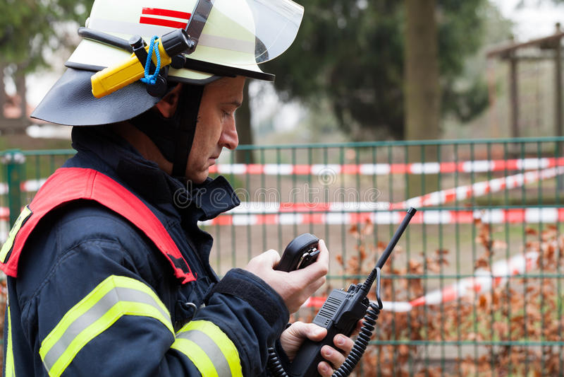 Étincelle de pompier avec le poste radio image libre de droits