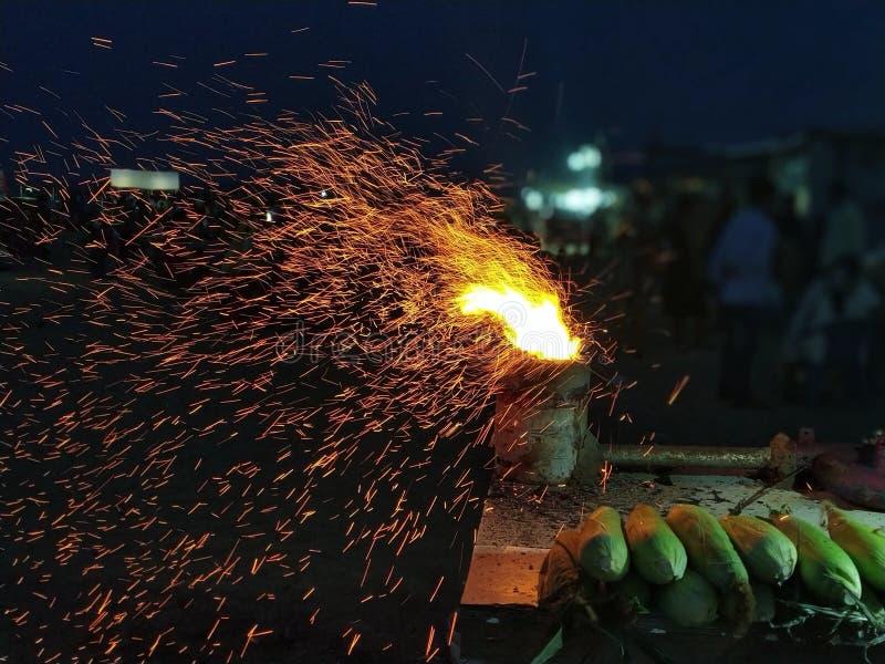 Étincelle du feu quand du maïs est grillé photographie stock libre de droits