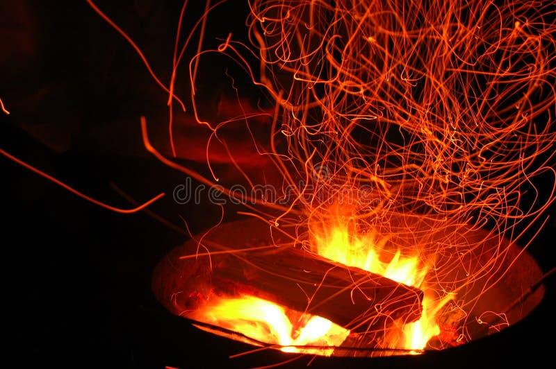 Étincelles de feu de camp photo stock