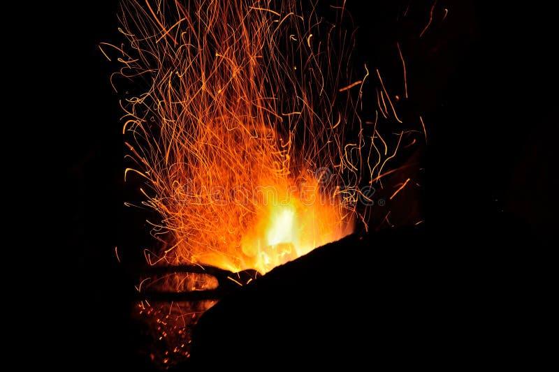 Étincelles du feu dans la forge image stock