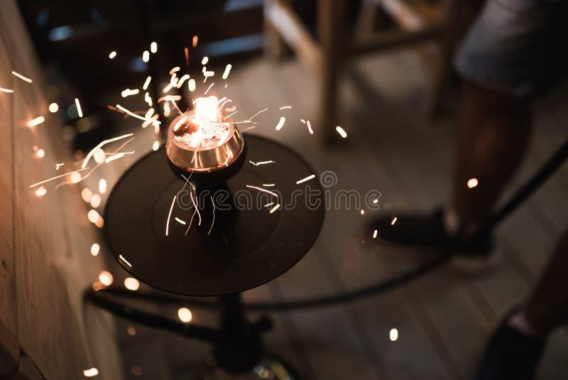Étincelles du narguilé brûlant de charbons Tabac de narguilé dans la cuvette images stock