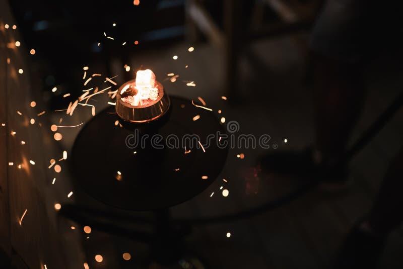 Étincelles du narguilé brûlant de charbons Tabac de narguilé dans la cuvette photos stock