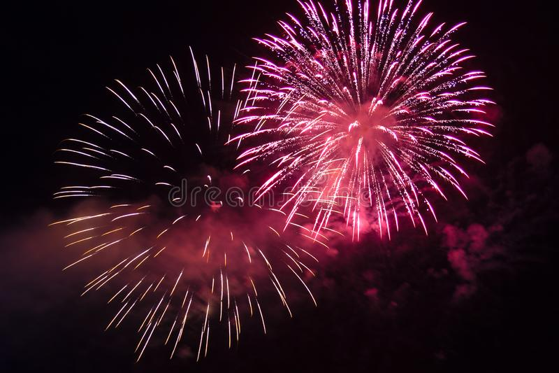 ?tincelles lumineuses roses des feux d'artifice de f?te dans le ciel nocturne photographie stock