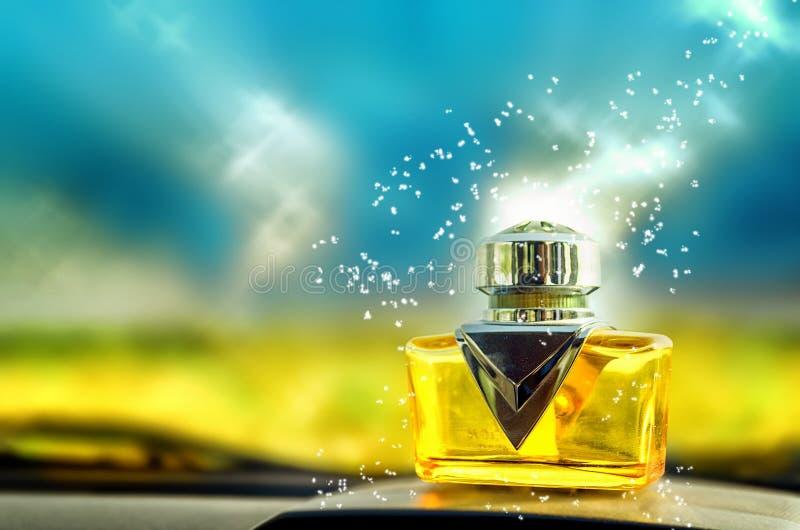 Étincelles magiques tombant sur la bouteille de parfum en verre photographie stock