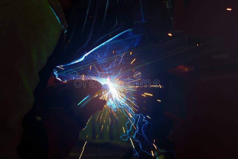 Étincelles pendant la soudure au processus de fabrication dans la soudure semi-automatique du métal en gaz protecteurs d'argon image libre de droits