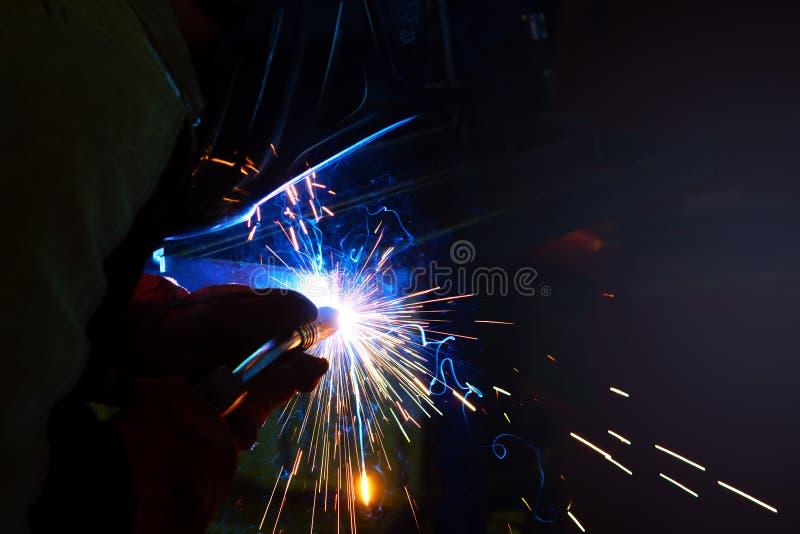 Étincelles pendant la soudure au processus de fabrication dans la soudure semi-automatique du métal en gaz protecteurs d'argon images libres de droits